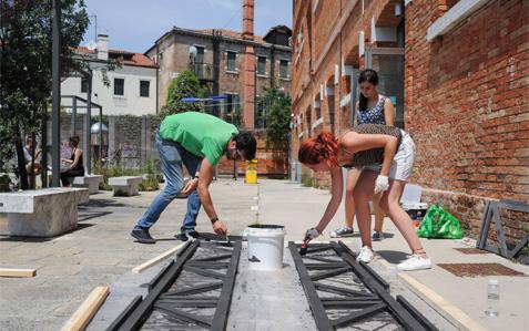 i volontari del vos 2016 a lavoro ai magazzini Ligabue a Venezia.